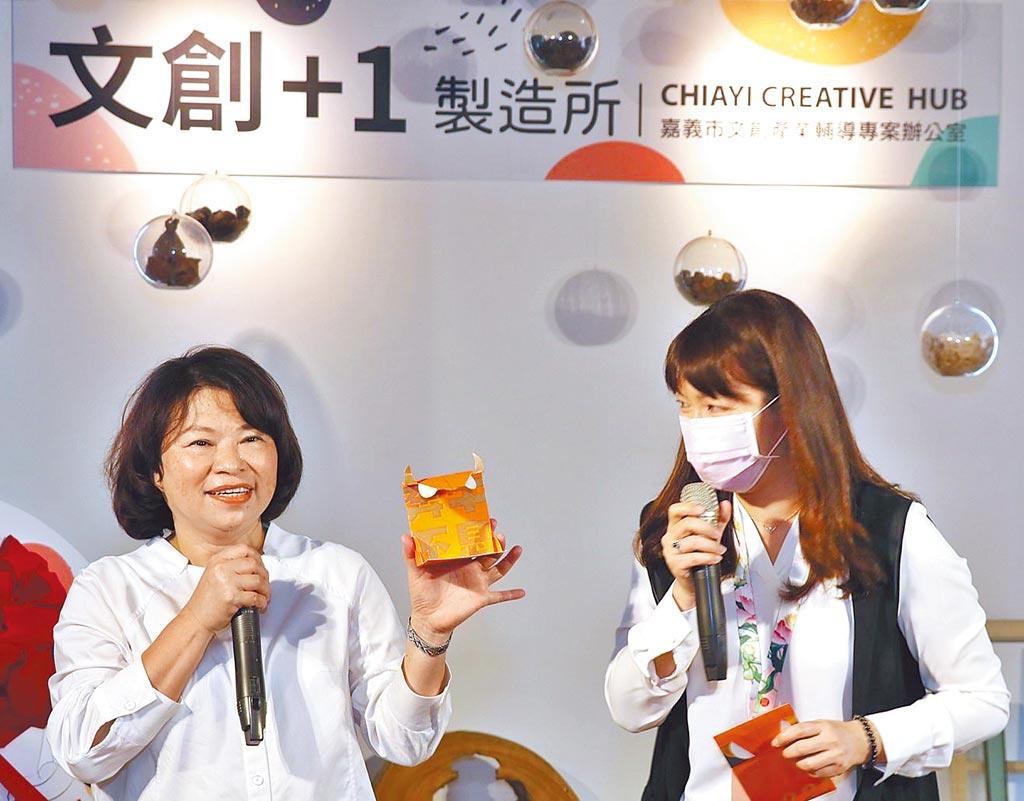 嘉義市長黃敏惠(左)讚許嘉義青年設計的口罩套,發揮文創巧思。(嘉義市政府提供/廖素慧嘉市傳真)