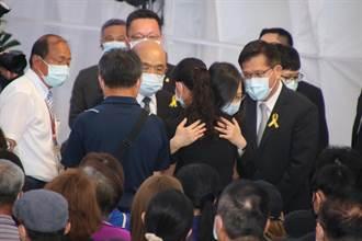 太魯閣事故台東聯合公祭 家屬悲痛抱著蔡英文哭泣
