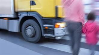 她過馬路險被恐怖大卡車奪命 奔警局提告結果氣到哭