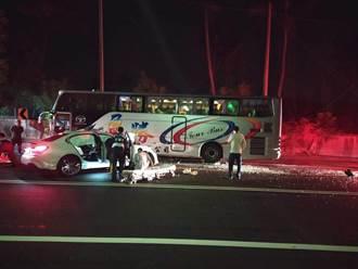 BMW過彎疑跨越車道 撞上遊覽車釀1死4傷