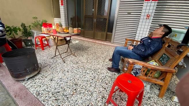 遶境過程中,顏寬恒偶爾會在民眾家門前的椅子上休息。(圖/摘自顏寬恒臉書)
