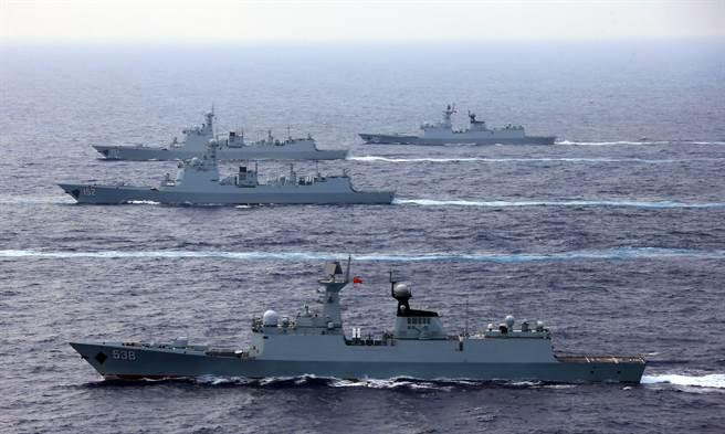 圖為大陸遼寧號航母的護衛艦,目前正在南海演習的包括1艘055導彈驅逐艦、2艘052D驅逐艦、1艘054A型驅逐艦。(圖/新華社檔案照片)