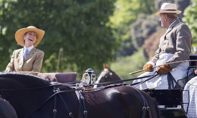 潘妮(左)2015年5月17日在英國皇家溫莎馬展(Royal Windsor Horse Show)開始前,和菲立普親王開心談笑。(達志圖庫/TGP)
