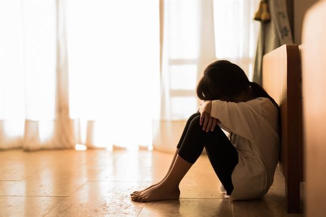 女童與男同學玩鬼抓人時遭對方推擠、摔下樓梯,造成門牙斷裂,女童家長索賠26萬。(示意圖/Shutterstock提供)