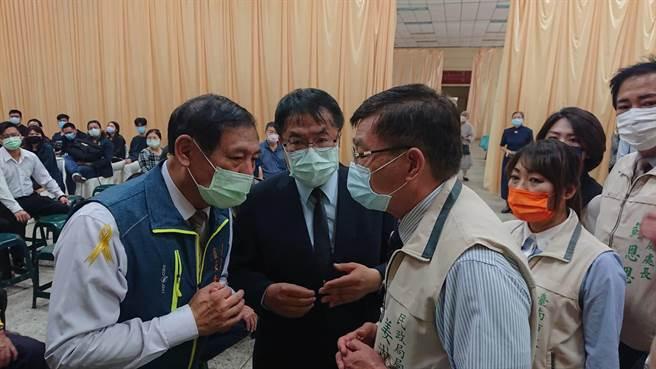 台南市長黃偉哲(黑西裝者)參與程家公祭儀式,交代官員協助程家後事。(程炳璋攝)