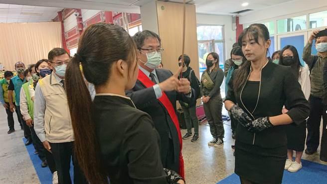台南市長黃偉哲出席台鐵太魯閣號罹難者程俐欣公祭,在靈堂上香致意。(程炳璋攝)