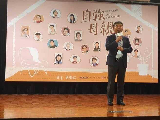 衛福部長陳時中參加家扶基金會在全國大飯店舉辦「2021全國自強母親表揚活動」,對健保費調漲提出回應。(馮惠宜攝)