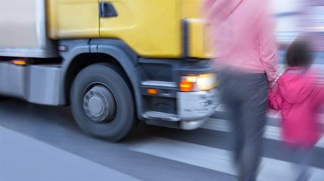 一名女子17日在網上發文,痛罵自己差點被一台沒禮讓行人的卡車撞死。(示意圖/Shutterstock)