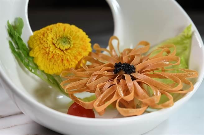 台北神旺飯店〈潮品集〉點心主廚義仁推出「新藝港點」,圖為形如向日葵的〈黑鑽百花盞〉。(圖/姚舜)