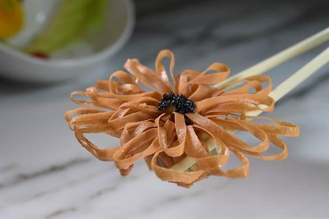 形狀如盛開向日葵的〈黑鑽百花盞〉,內餡是用黑蒜提味的蝦漿,中間並用魚子醬點綴並提鮮。(圖/姚舜)