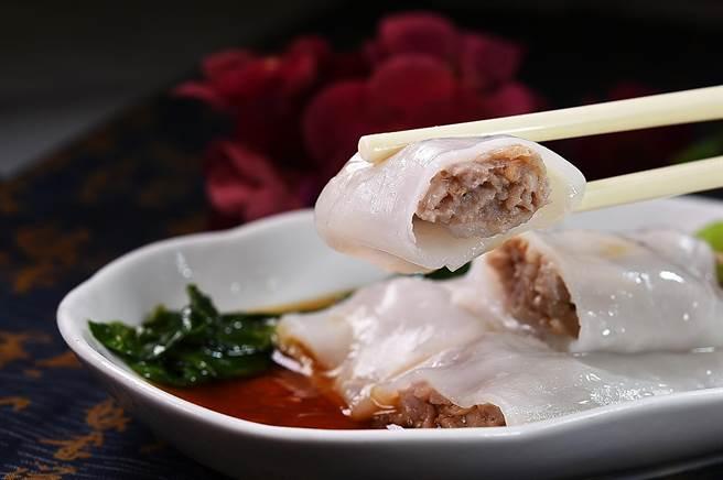 〈牛肉蒸腸粉〉的「美味密碼」在內餡,主廚用台灣牛菲力絞肉拌入陳皮、馬蹄碎提味作腸粉肉餡,口感彈Q。(圖/姚舜)