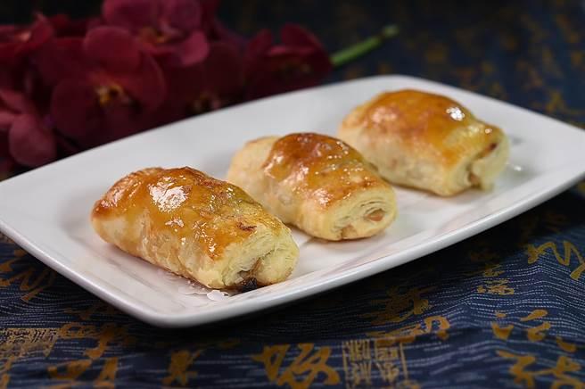 表層酥皮油光透亮的〈香蕉蓮蓉酥〉,可以沾點肉桂粉更添風味。(圖/姚舜)