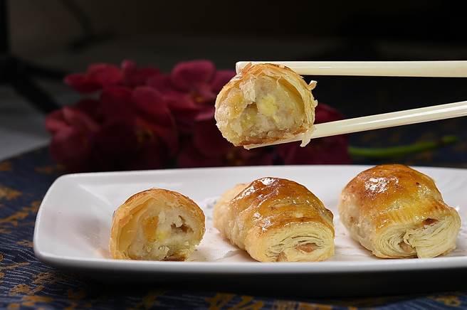 〈香蕉蓮蓉酥〉的內餡是用高級蓮蓉搭配切片香蕉,風味與口感非常「速配」,是成功的新組合。(圖/姚舜)