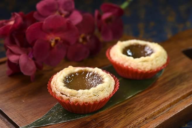 〈潮式鐵觀音蛋塔〉的內餡加了鐵觀音茶粉,同時並「埋伏」了〈黑糖麻糬〉。(圖/姚舜)