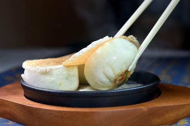 神旺飯店〈潮品集〉的〈鐵板牛肉生煎包〉,先蒸熟後再將兩面輪流置於鐵板檯上「煎炙」出烙紋,並用粉漿做出「冰花」效果一起上桌。(圖/姚舜)