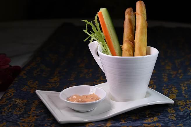 〈松露蟹肉卷〉的內餡除了蝦漿,並用蟹腿肉和用松露醬與蟹膏調製的醬汁提味。(圖/姚舜)