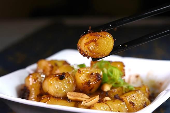 〈XO醬煎腸粉〉是神旺飯店〈潮品集〉熱賣逾10年的人氣點心,風味口感可媲美〈乾炒牛河〉。(圖/姚舜)