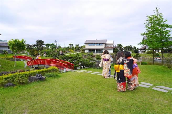 許多遊客都在園區內換上日式浴衣遊園、拍照,享受濃濃的偽出國假期。(何書青攝)