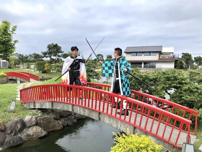 園區內也提供知名日本動漫的服裝配件讓遊客大玩Cosplay。(何書青攝)