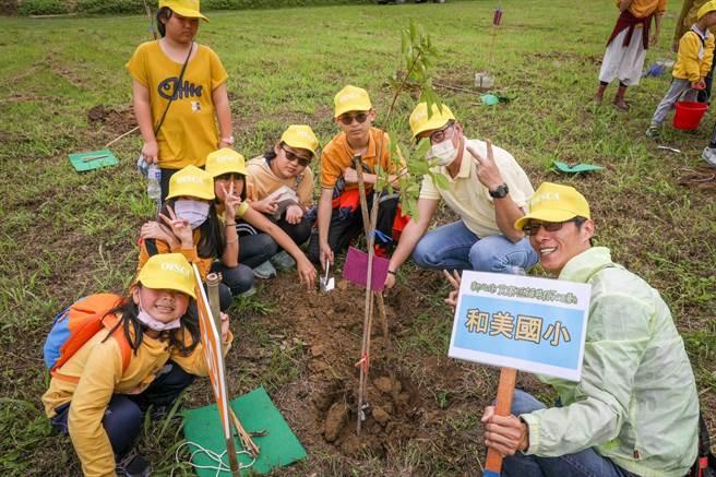 新北市府響應世界地球日,在貢寮種下120棵樹。(新北市農業局提供)