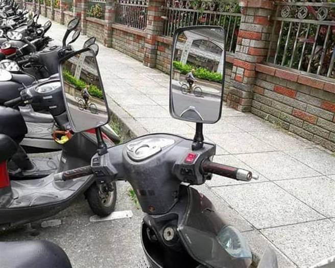 公車後照鏡也讓網友笑翻(圖/取自臉書)