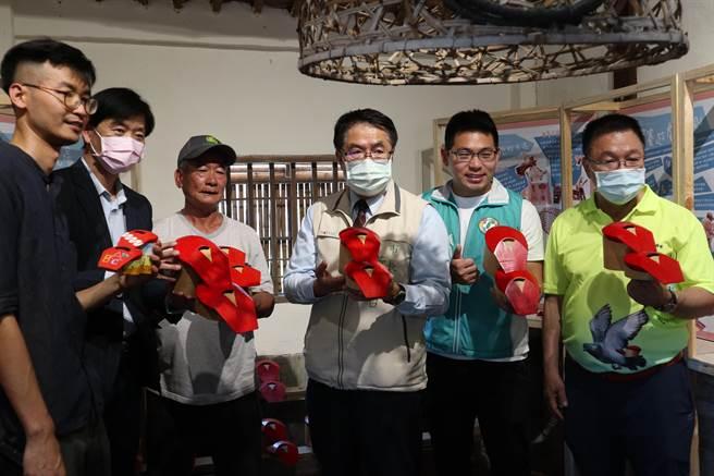台南市長黃偉哲(右三)17日親臨宣傳。(張毓翎攝)