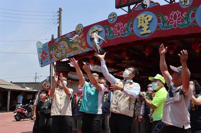 台南市長黃偉哲(右三)放鴿笭。(張毓翎攝)