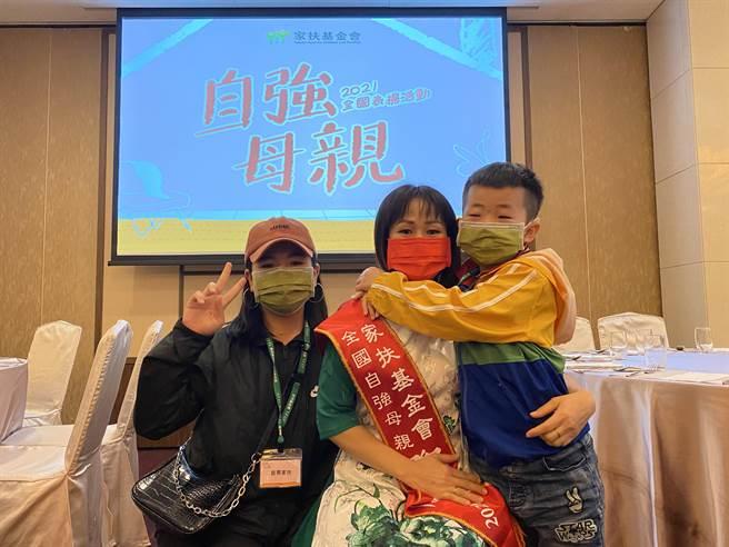 來自越南的氏康媽媽丈夫在五年前連續兩度中風以致全身癱瘓,他擔起一家經濟重任,經常從早加班到晚。(馮惠宜攝)