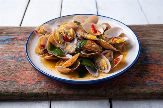 一般來說,在料理貝類海鮮前,都要經過吐沙程序才能料理。一位女子聽信市場老闆稱海瓜子買回去「不用吐沙」就能料理,換來悲劇下場。(示意圖/Shutterstock)
