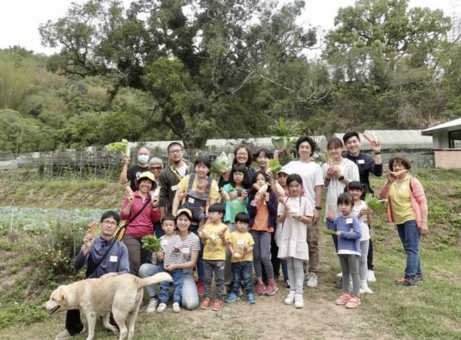 學員先到小瓢蟲農場採摘中午的便當菜。(主辦單位提供)