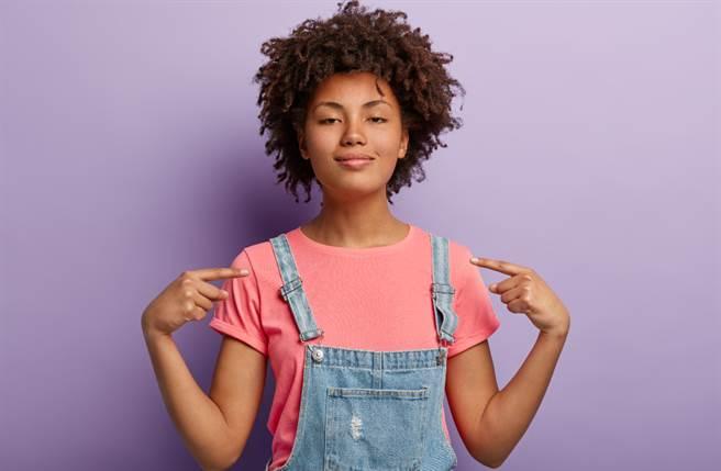 個性虛榮的人總會希望得到大眾的讚美,即使是謊言也能讓他們飛上天。(圖/Shutterstock)