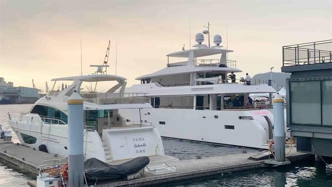 嘉信遊艇打造國內最大的125呎巨型遊艇(右),可望帶動遊艇內需市場。(柯宗緯攝)
