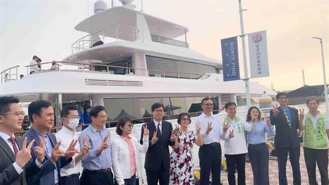 嘉信遊艇打造國內最大的125呎巨型遊艇,市長陳其邁(中,黑色西裝)17日出席新船發表會祝賀。(柯宗緯攝)
