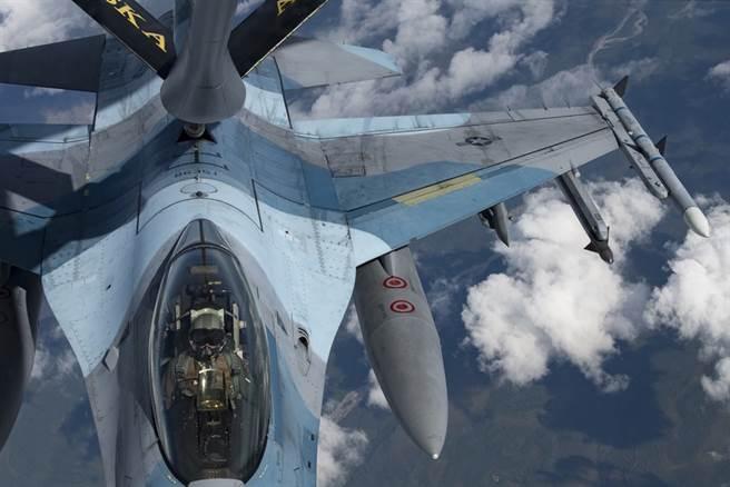 1架美國空軍F-16戰機在空中加油的資料照。(美國空軍)