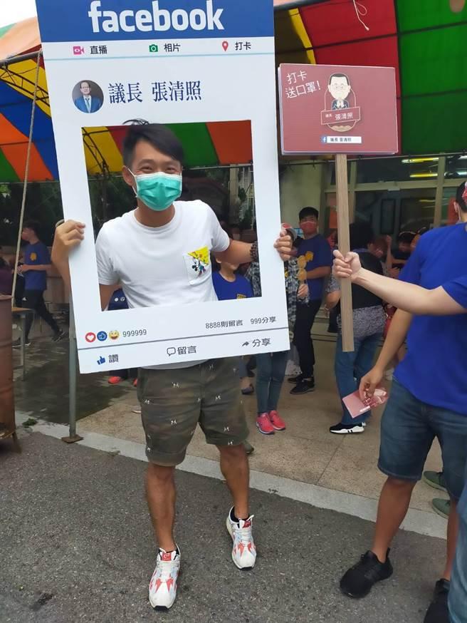 台中市議長張清照贈送打卡民眾Q版媽祖口罩。(王文吉攝)