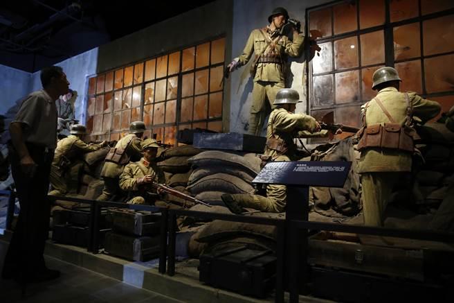 淞滬抗戰重要遺址四行倉庫恢復原貌對外開放,吸引民眾前來參觀。(中新社)
