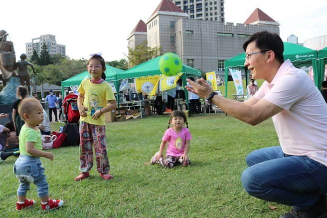 張廖萬堅透過每年舉辦書香日活動讓親子家庭一起到戶外來聽故事、玩遊戲,培養閱讀習慣。(張廖萬堅服務處提供)