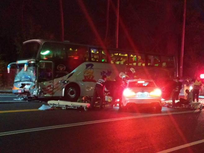 1輛BMW自小客車疑似過彎不慎撞上對向遊覽車,消防人員使用破壞器材才將轎車上的1名駕駛及3名乘客救出送醫。(王士昇提供/張亦惠嘉縣傳真)