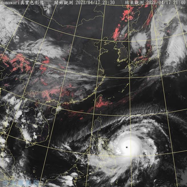 今年第二號颱風舒立基在過去一天之中強度快速成長,於今(17日)下午成為今年第一個強烈颱風,颱風眼明確。(氣象局提供)