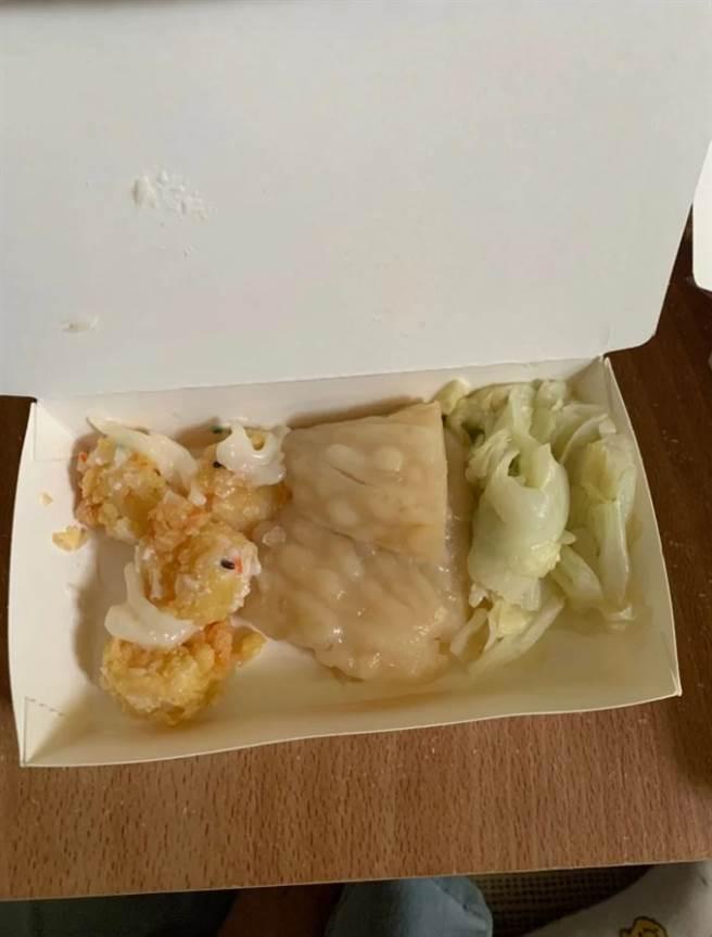 女網友夾了3道菜被收80,事後才知道鳳梨蝦球一顆15元。(圖/Dcard)