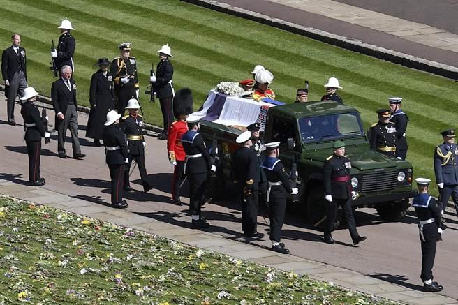 英國王室成員和其他親友參加菲立普親王的葬禮,送這位老紳士最後一程。(圖/美聯社)