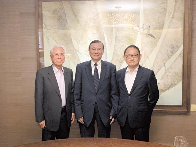 东元三大股东会晤,左起:宝佳集团创办人林陈海、东元集团会长黄茂雄、华新丽华董事长焦佑伦。图/东元提供