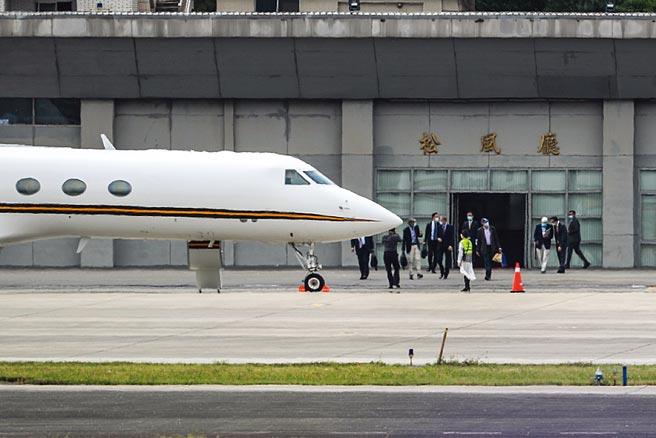 美國前參議員陶德(Chris Dodd)訪問團14日抵台,15日拜會總統蔡英文、行政院長蘇貞昌,16日上午搭乘專機自松山機場離台,結束訪問行程。(中央社)