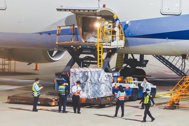 首批自COVAX平台訂購的19.92萬劑AZ疫苗,由中華航空公司CI-74班機從荷蘭阿姆斯特丹載運,4月4日清晨運抵桃園國際機場。(陳麒全攝)