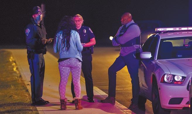美国印地安纳州首府印地安纳波利斯的「联邦快递」仓储,15日深夜惊传致命枪击案,酿成至少8死60伤,枪手自杀身亡。案发后心急如焚的民眾,询问警察仓储内人员的情况;焦急的家属则被安排在邻近旅馆,等待进一步消息。(美联社)