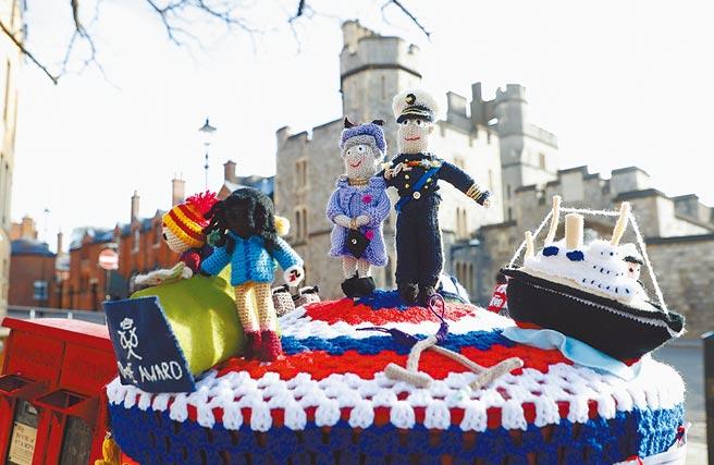 在送別親王的前夕,溫莎一座信箱的頂蓋,特別編織Q版女王與親王,身畔有親王生前最熱愛的3件事陪伴:右起皇家遊艇、鼓勵年輕人的愛丁堡公爵國際獎,以及駕馬車。(美聯社)
