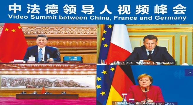 大陸國家主席習近平(左)16日與法國總統馬克洪(右上)、德國總理梅克爾(右下)舉行視訊峰會。(新華社)
