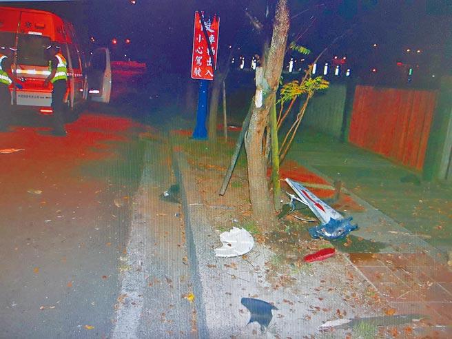 台中警方表示,鄭姓少女騎乘機車疑未注意前方路況,衝撞行道樹、連指示牌都撞斷,機車毀損。(民眾提供/張妍溱台中傳真)