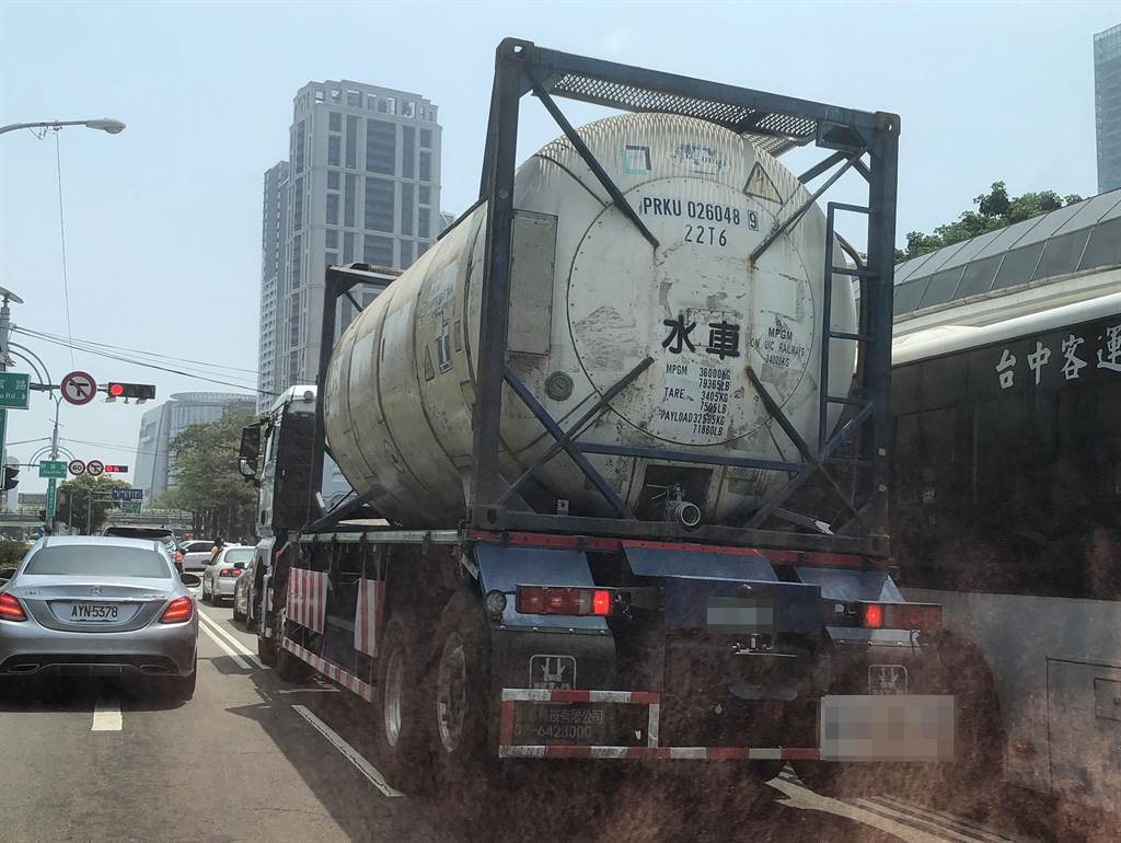 台中市車水馬龍的台灣大道,四處可見水車忙於載水。(陳世宗攝)