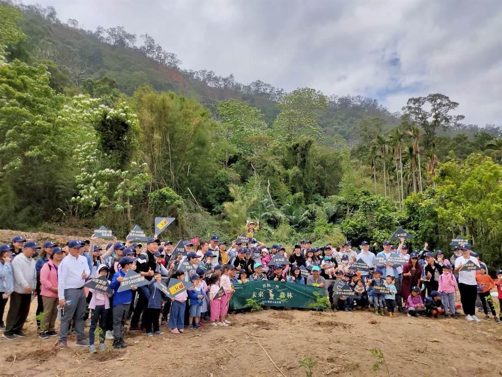 知名傢俱公司認養位在苗栗三義、卓蘭的生態造林地,並植下1千9棵各類樹苗。(新竹林管處提供/謝明俊苗栗傳真)
